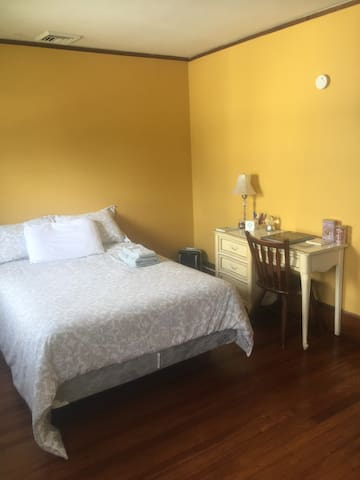 Room Victoria; Country getaway; Unionville, N.Y