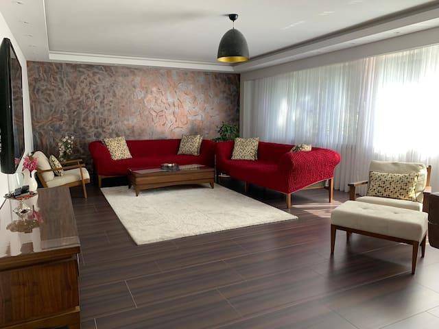 Neu renoviertes Elegante Wohnung 128 qm -3 Zimmer.