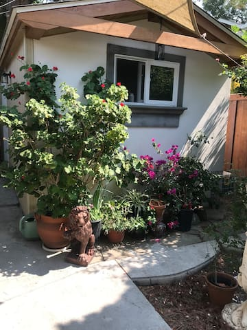 Charming Backyard haven 1 bedroom 1 bath , cozy cottage with private entrance in a quiet neighborhood .. Close to (Hidden by Airbnb) ,  shoreline amphitheater, Downtown Mountain View, shops, restaurants, and nightlife. Whisman Park is walking distance and beautiful tr