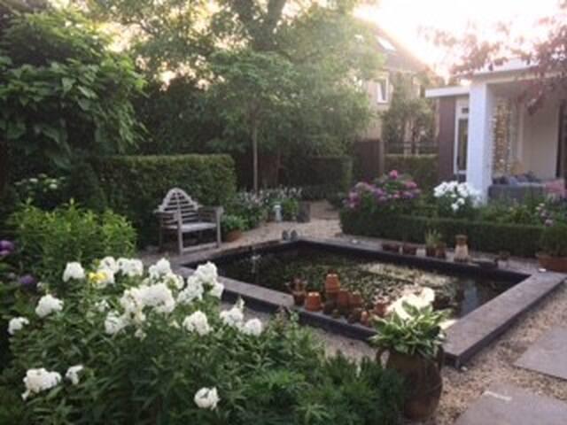 Ruim, licht en gezellig huis met prachtige tuin