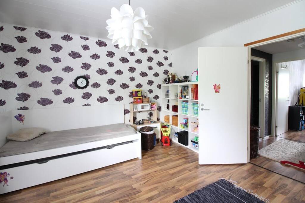 Toinen makuuhuone, jossa kaksi erillistä sänkyä (90cm) sekä lapsille puuhaa