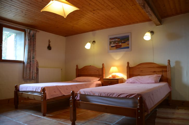 Delightful room in a stone cottage - Bonneville-et-Saint-Avit-de-Fumadières - House