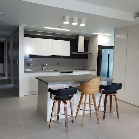 편안하게 음식을 할 수 있는공간. 오븐,냉장고,밭솥,식기세척기,전자레인지,에어프라이기가 갖추어진 편리한 주방입니다 요리가 재밌어 지는 공간~손 맛이 살아나는 공간입니다♡