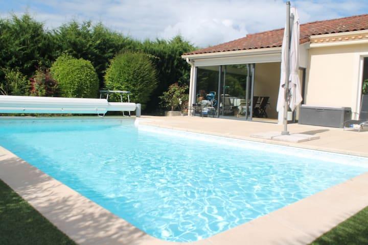Maison de plain-pied avec piscine (8 m sur 4 m)