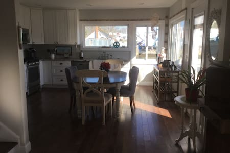 Charming beach cottage on water - Massapequa - Hus