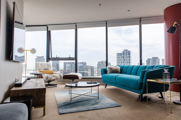 Private Bedroom in Victoria Harbour View Apartment