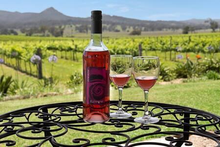 Honeymoon home located on vineyard. AIR CON - Peak Crossing