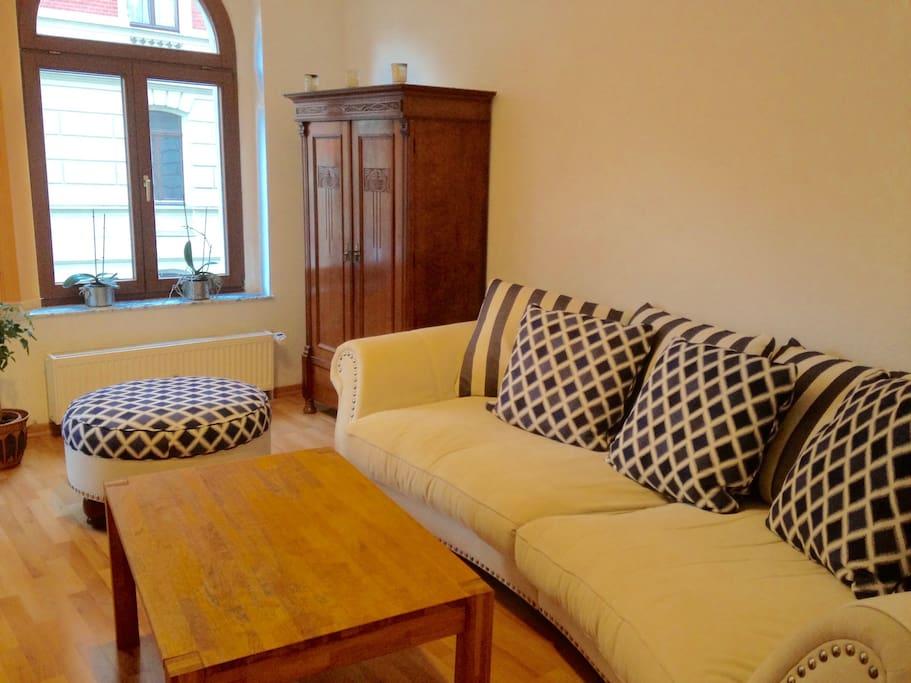 großes Sofa zum Lümmeln im Zimmer.