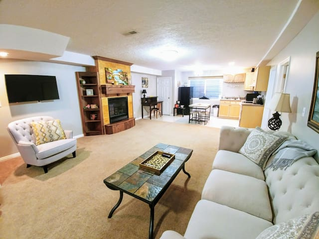 Spacious Private Downstairs 2 Bedroom Apartment!