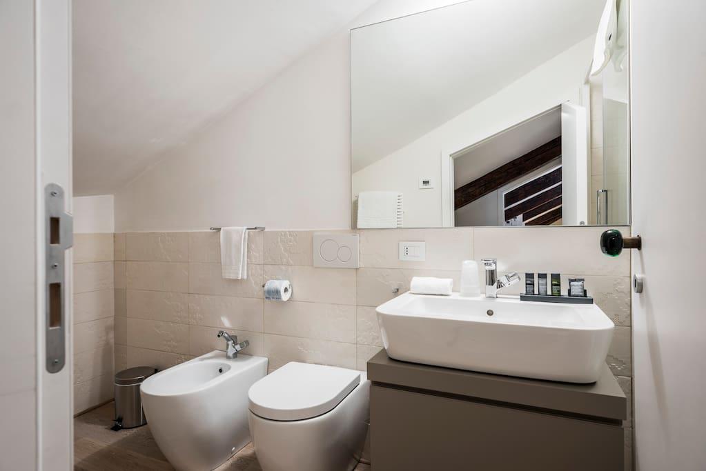 MyPlace Campo Santa Margherita Apartment- Bagno con doccia