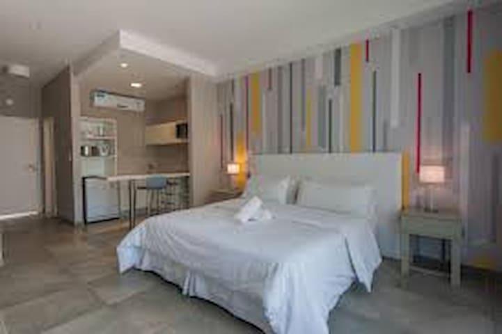 Monoambiente de 35 m2 con aire acondicionado frío-calor, kitchenette y baño con bañera