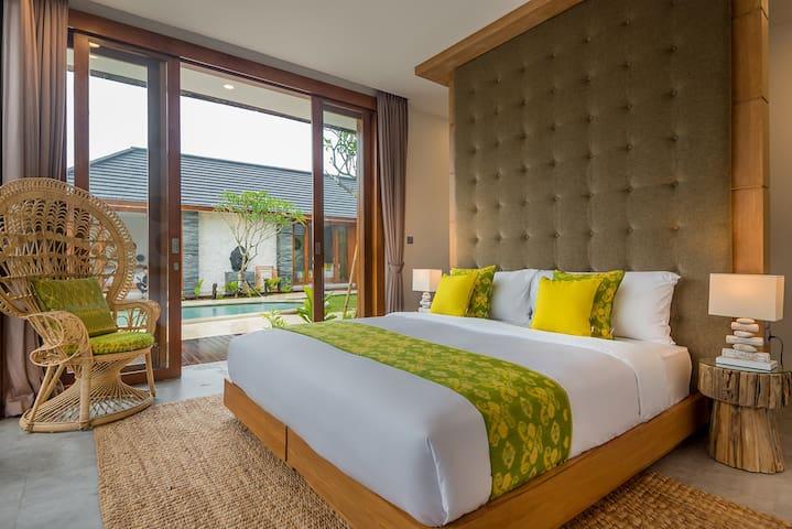 Room with double bed arrangement