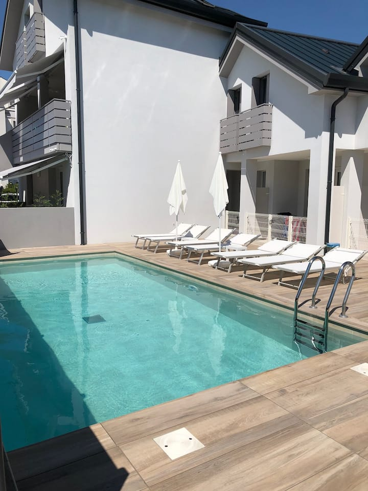 JESOLO NEW APARTMENT WITH HEATED POOL 6 PERSON