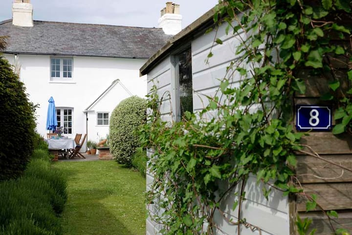 Seaside idyllic family-friendly listed cottage