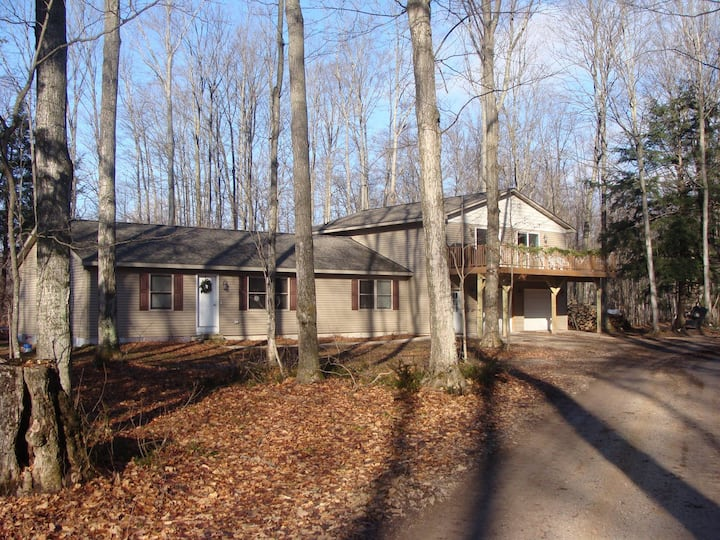 4 Bedroom/2 Bath Home 40 Acres of Woods - Hot Tub