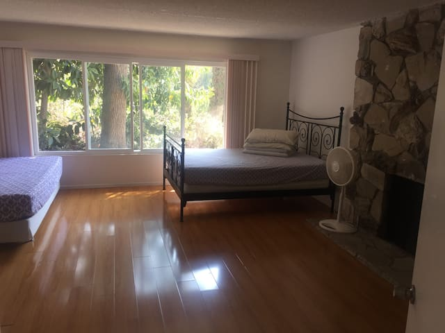 Huge master bedroom(private bath) E'' daily lease - La Habra Heights - Huis