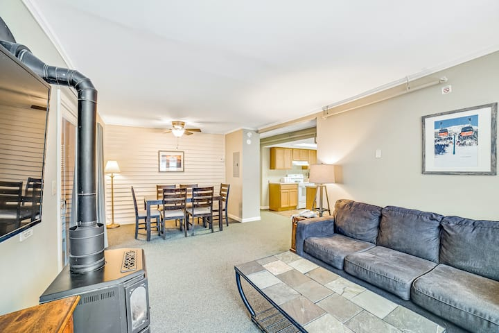 Relaxing condo with WiFi, cable, full kitchen, and shared pool & hot tub access