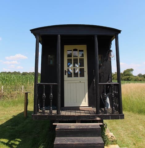 Cotswolds Shepherds Hut with Wood fired Hot Tub