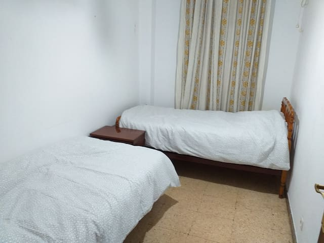 City center comfortable 2 single beds room