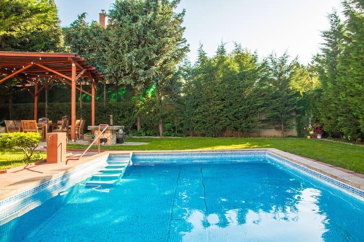 ★Luxury House + Pool, Garden, Breakfast, Parking★