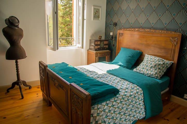 2 bedrooms in house in renovation + breakfast.