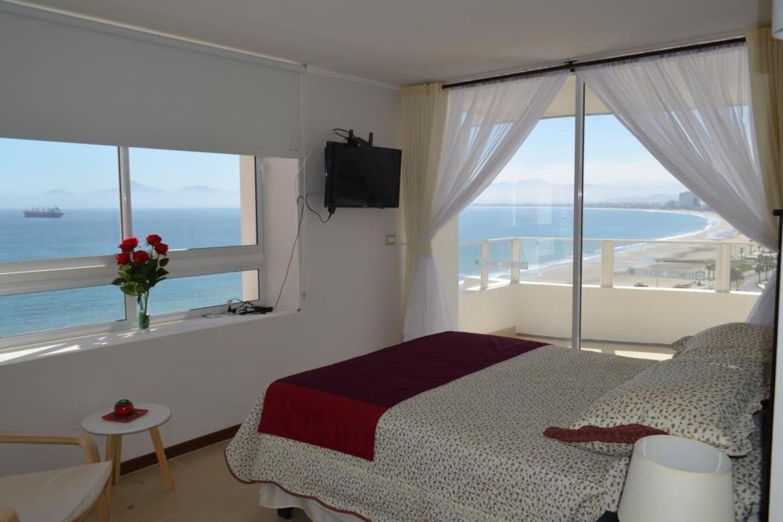Amplio y luminoso departamento frente al mar  El dormitorio principal con vista a la cruz del milenio
