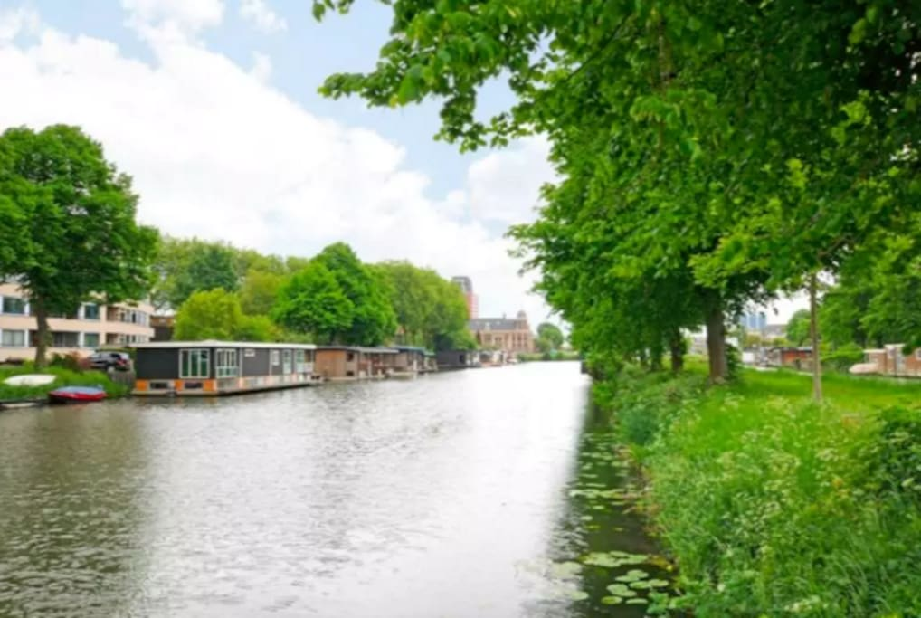The own district 'Oog in Al' offers a variety of recreational activities such as a beautiful park with the old country house 'Oog in Al' (1664) with a tearoom, the Merwedekanaal with the historic industrial lock complex 'Muntsluis'. (1891) with a view of the Royal Munt building (1907). In the summer months a real 'city' beach tent is located on the corner of the Amsterdam-Rijn Canal and the Merwedekanaal (canal).