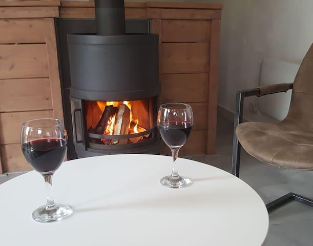 Ontspannen met een glaasje bij de houtkachel