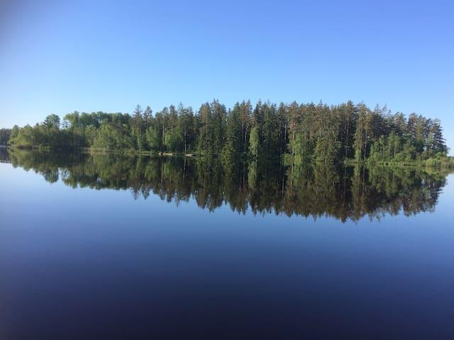 Fuld søudsigt fiske- og badesø og hottub skov kano