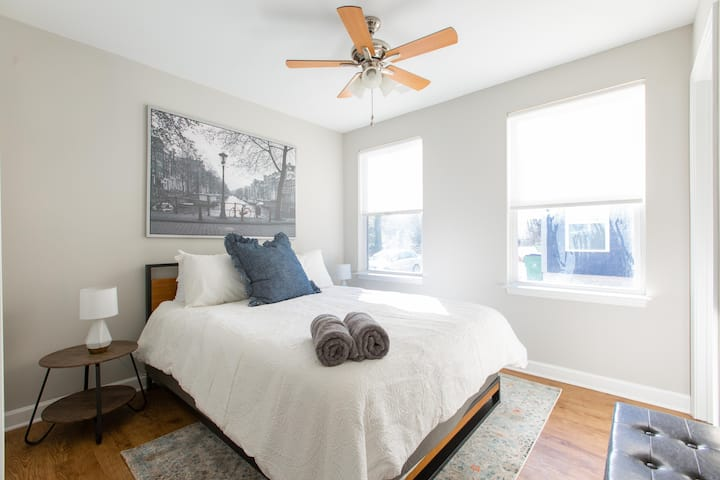 Stylish Room Close to Uptown