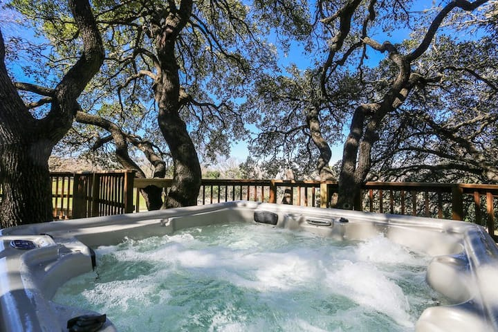 Absolutely Charming Barons Creek Ranch Headquarters, 4/2, Private Hot Tub!