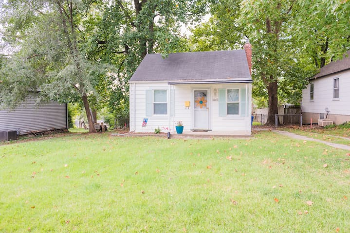 Cozy tiny home in the heart of Saint Charles