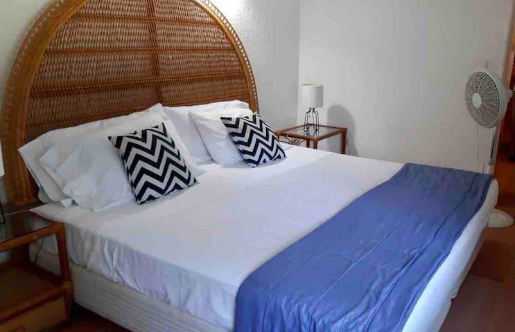 Habitación principal con una cómoda cama King size. Un descanso estupendo en una cama de amplias dimensiones