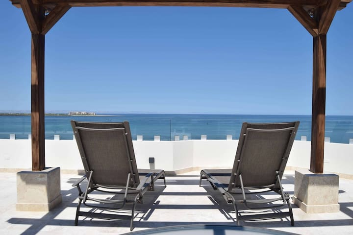 Rooftop pool, bbq & gym 30 steps away from malecón