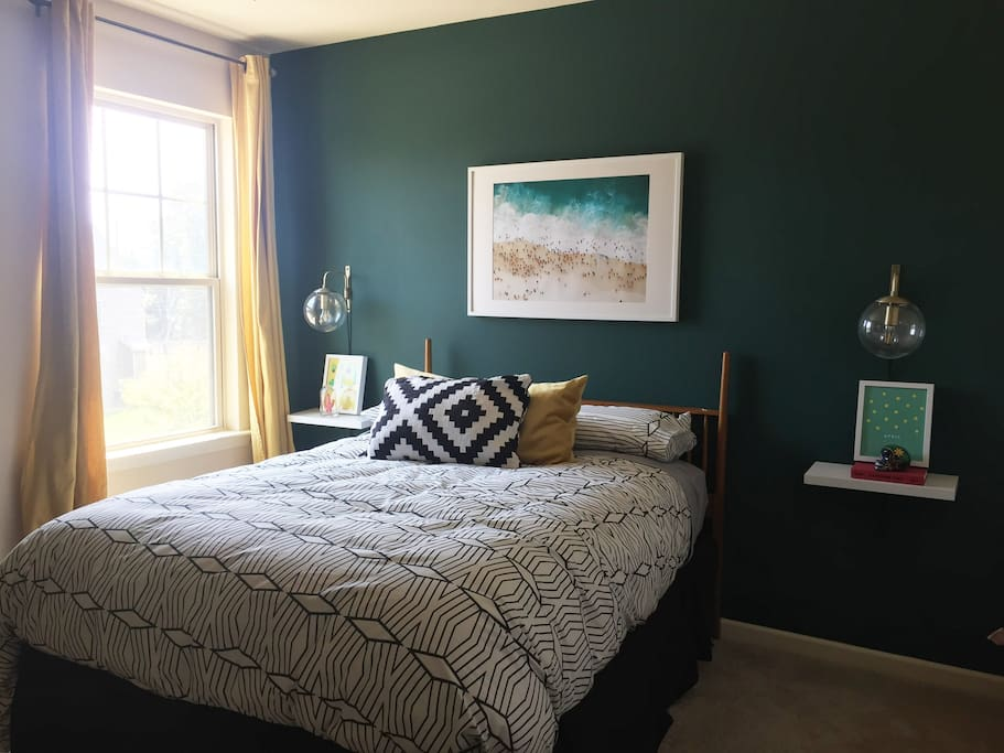 Queen bed, 2 ample closets