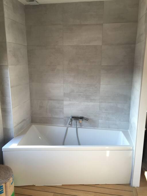 salle de bain avec baignoire asymétrique