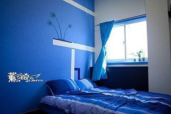 在房間窗外就可以望見一大片的壁海藍天風景優美。