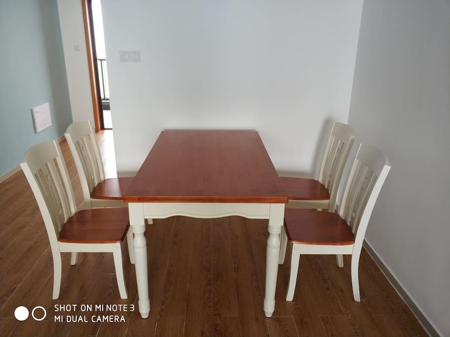 实木欧式餐桌带四把餐椅