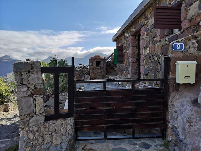 Entrada y terraza.