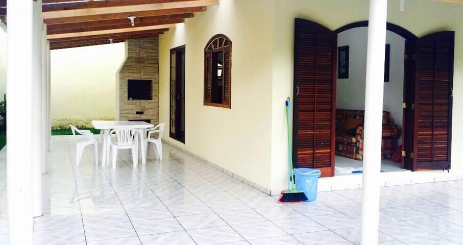 Casa nova e com amplo jardim