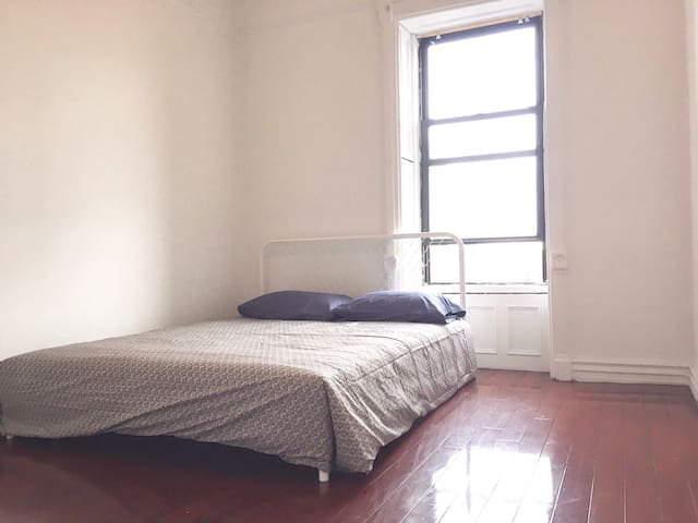 Bright Room with Qsize bed 20min to dt Manhattan