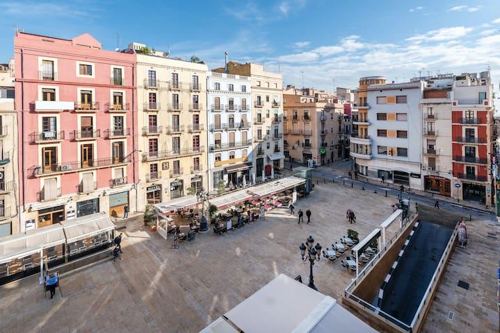 Tarragona City Centre Private Room with Balcony to the Main Square