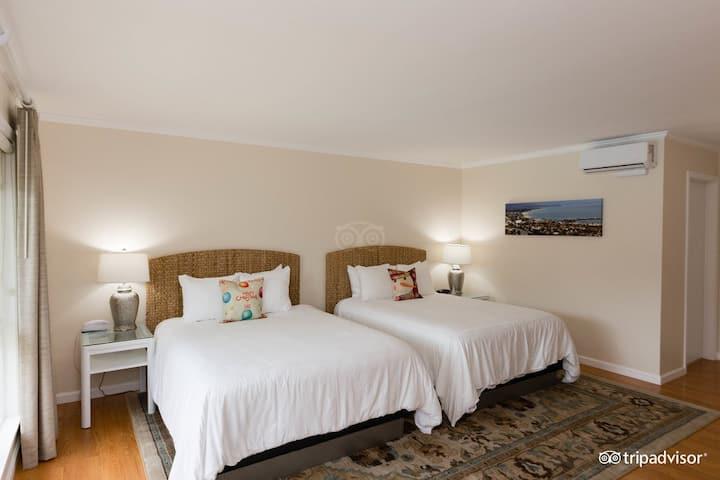 Large Room w/ 2 Queen Beds