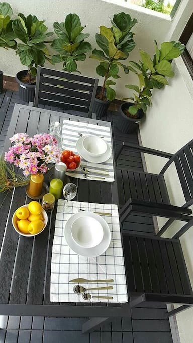 let's table setting for a relaxing breakfast