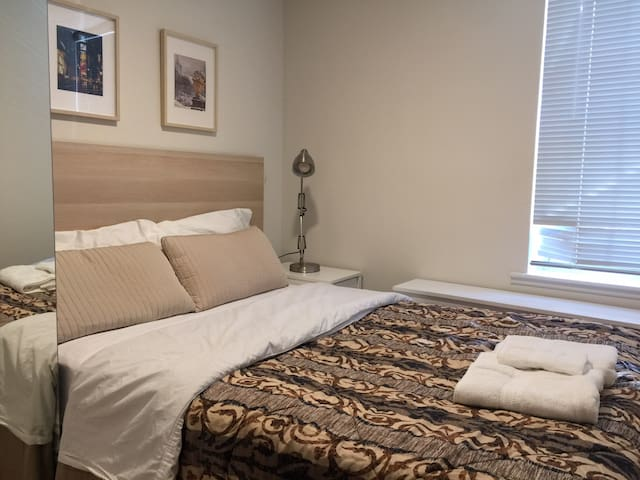 97-B Private bedroom 20 mins to NYC Time Square