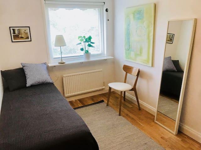 Ett av de två mindre sovrummen med enkelsäng / One of the two smaller bedrooms with a single bed