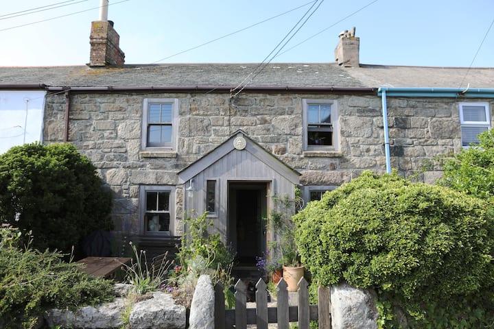 Cosy, pet friendly Grenfells Cottage in Trewellard