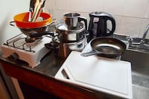 plata baja: cuenta con una mesa para que se puedan sentar 3 personas. una pequena cocina (una anafe de una hornalla) heladera y utensillios. Es apta para preparar pequeñas comidas dado que solo cuenta con lo basico.