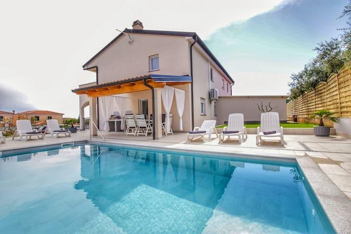 Ferienhaus für 8 mit Pool - nur 2 km vom Strand