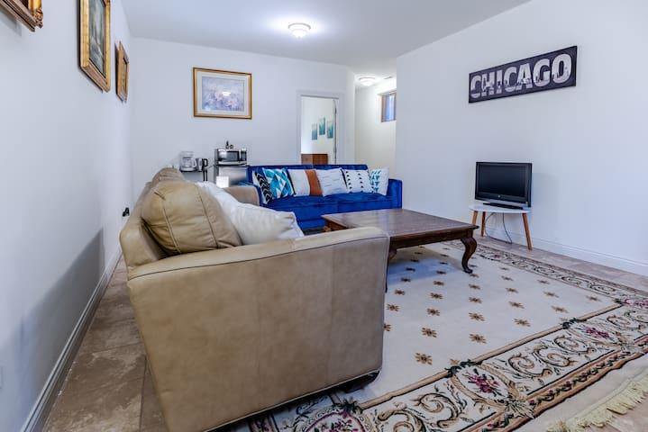 SPACIOUS 2-Bedroom Suite in Ukrainian Village!